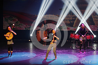 Женский музыкант оркестра молодости Китая современного выполняет на Бахрейне Редакционное Фото