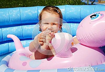 Ребенок в бассейне
