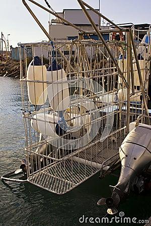Βάρκα κατάδυσης κλουβιών καρχαριών με το κλουβί