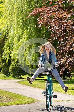 横跨公园的无忧无虑的少年骑马自行车