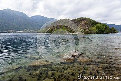 Βάρκες στη σαφή λίμνη