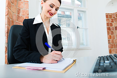 Юрист в офисе сидя на компьютере