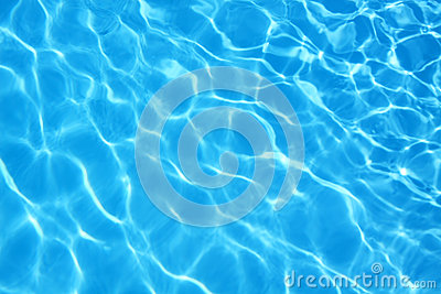 净水的起波纹的样式在蓝色游泳池的
