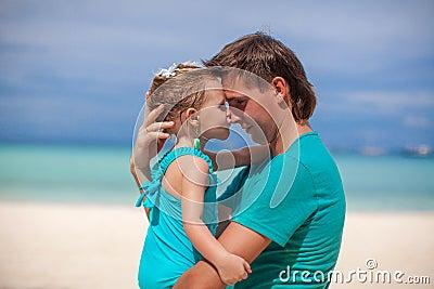 亲吻鼻子的一个小女孩的画象一个爸爸.这个图象附有了发行.图片