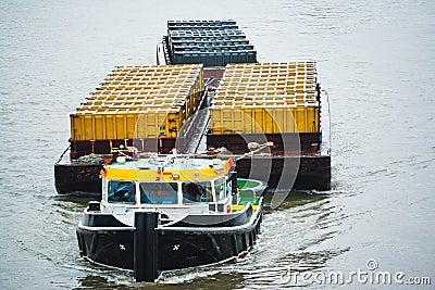 猛拉小船运输集装箱
