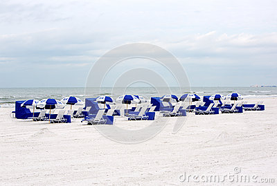 海滩睡椅和伞