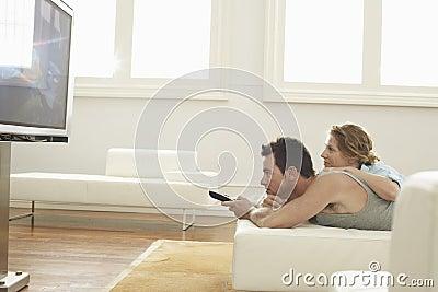 在家看电视的夫妇