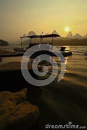 在日出的竹木筏
