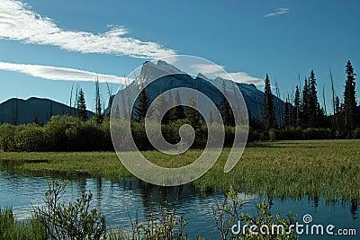 银朱的湖,班夫亚伯大加拿大。