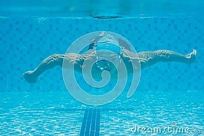 游泳在水面下