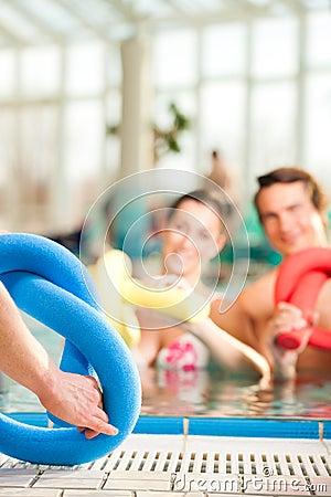 健身-在水下的体育体操在游泳池