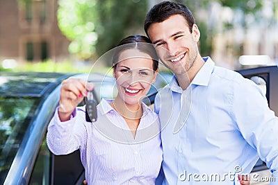 Ζεύγος με τα κλειδιά αυτοκινήτων