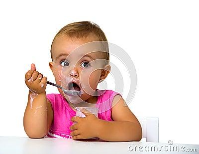Κορίτσι που τρώει το γιαούρτι