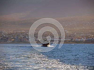 在乌斯怀亚海湾的游艇 编辑类库存照片