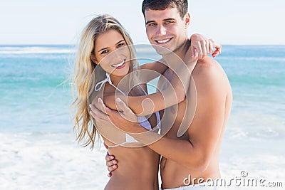 拥抱和微笑对照相机的华美的夫妇