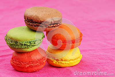 堆在桃红色的蛋白杏仁饼干