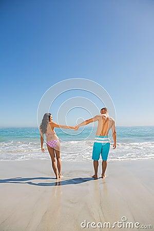 有逗人喜爱的年轻的夫妇假日一起