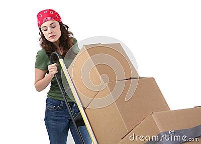 коробки двигая женщину