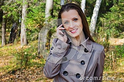 快乐的美丽的妇女,在木头的步行的