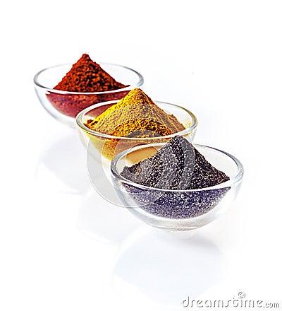 五颜六色的碗碎香料