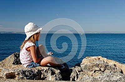 海边岩石的女孩