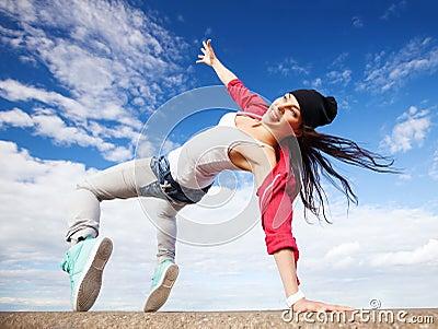 Όμορφο χορεύοντας κορίτσι στη μετακίνηση