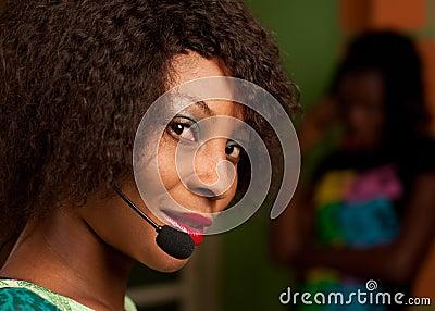 Девушка в центре телефонного обслуживания