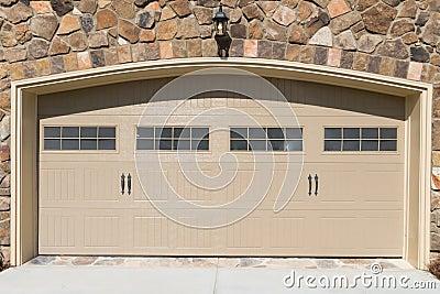 Κατοικημένη πόρτα γκαράζ σπιτιών