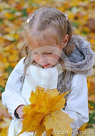 Маленькая девочка делая гербарий