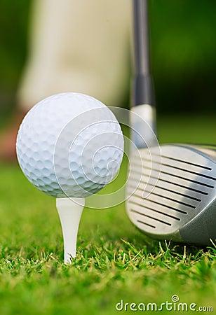 关闭高尔夫球看法在发球区域的