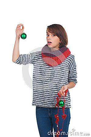 Молодая женщина с шариком рождества