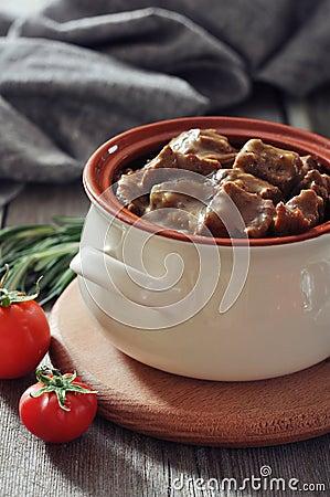 在一个陶瓷罐的墩牛肉