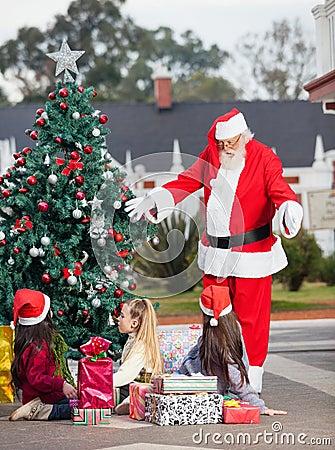 打手势在孩子的圣诞老人由圣诞节