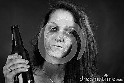 Черно-белый наркомана молодой женщины