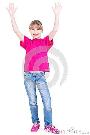 笑的愉快的女孩用被举的手。