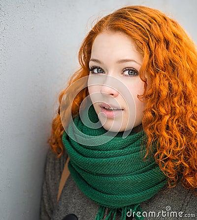 一个美丽的红头发人女孩的画象.图片