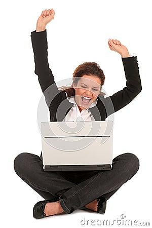 欢呼的膝上型计算机妇女