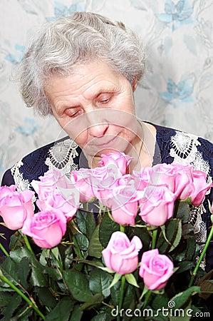 在花束老婆婆粉红色之后纵向上升了