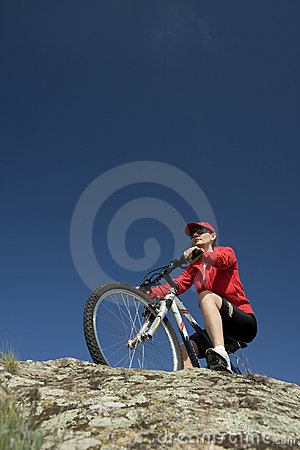 γυναίκα βουνών ποδηλάτων