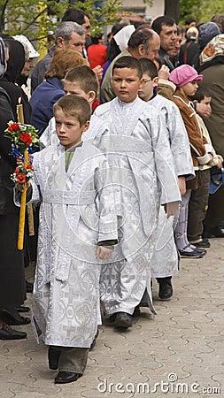 группа мальчиков алтара Редакционное Фото
