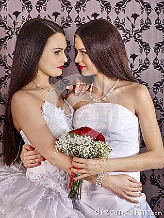 婚礼新娘礼服的女同性恋者女孩 作为对墙纸的背景服务.