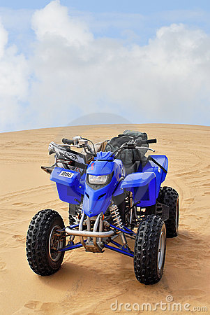 小队自行车在沙漠