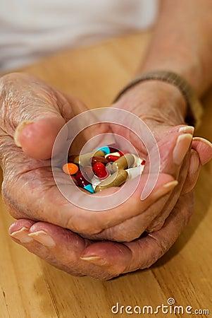 дает наркотики пожилым людям