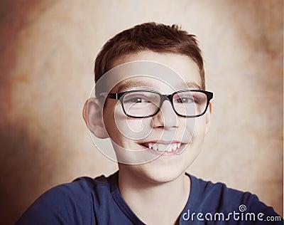 戴眼鏡會成斗雞眼嗎_孩子近視 戴框架眼鏡的3誤區_眼鏡戴久了會暈