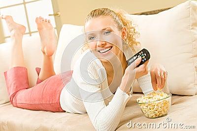 吃电视注意的妇女
