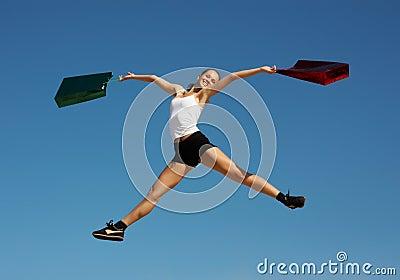 Γυναίκα που πηδά με τις τσάντες