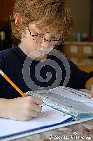 执行家庭作业的男孩