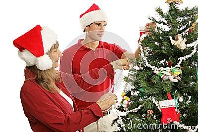 一起装饰结构树的圣诞节
