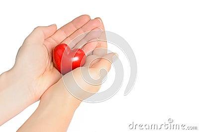 вручает сердце