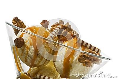 冠上核桃的奶油色冰葡萄干